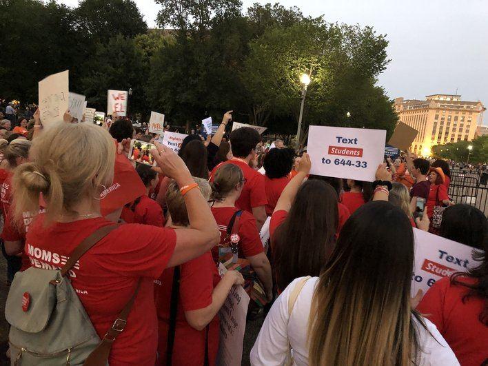 Cientos de mujeres se manifiestan en Washington para que Trump actúe contra las armas de fuego
