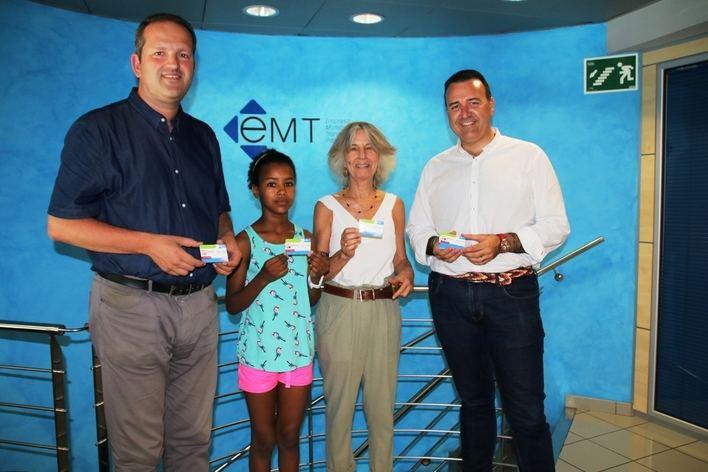 La EMT entrega 35 tarjetas de bus a los niños saharauis acogidos en Palma