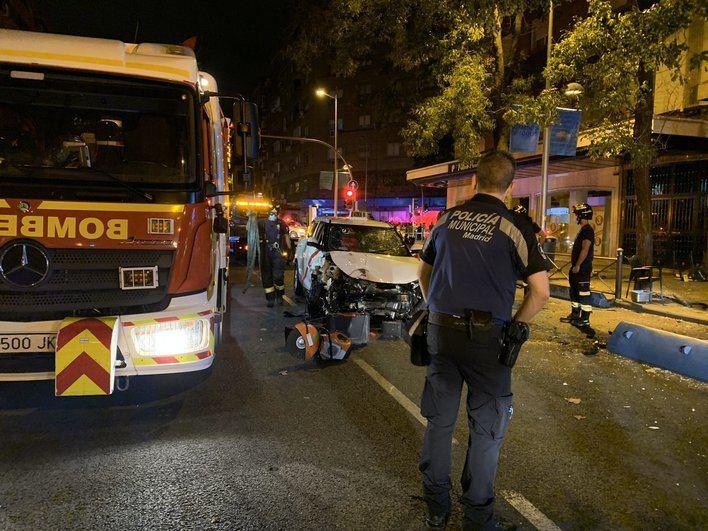 Una fallecida y 7 heridos tras estrellarse un taxi contra la terraza de un bar en Madrid