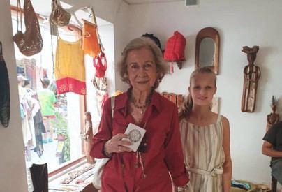 La reina Letizia, sus hijas y Doña Sofía, visitan el mercadillo de Pollença