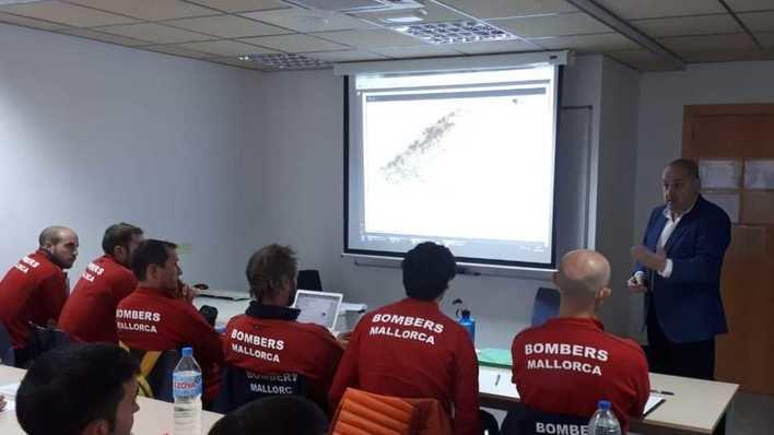 Los bomberos de Mallorca se forman para afrontar riesgos eléctricos