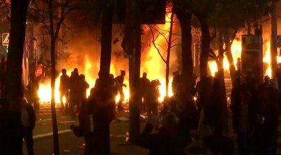 Tsunami lleva la violencia a las puertas del Camp Nou con la quema de contenedores y barricadas