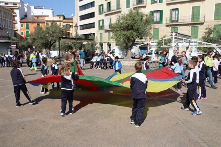 El programa 'L'escola al mercat' que promociona los hábitos saludables reúne a 120 alumnos