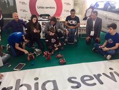 Los alumnos en plena demostración de robótica. El subcampeón de skate adaptado, Toni Quiñonero, ha estado con ellos.
