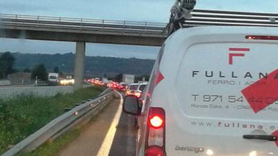 Kilómetros de retenciones en la carretera de Inca por un accidente con cinco coches involucrados