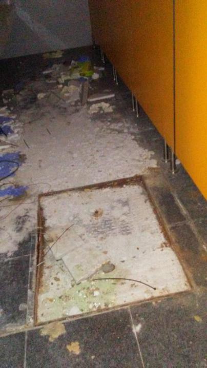 Quejas de usuarios por el mal estado de los baños del párking de Son Espases