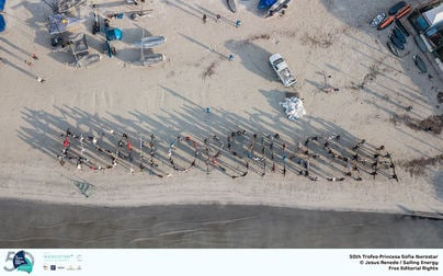 Regatistas olímpicos limpian los desechos de las playas de s'Arenal y Can Pastilla en Palma