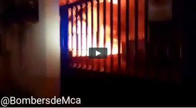 Los bomberos precintan la nave calcinada en Inca mientras investigan las causas