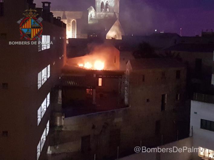 Los bomberos de Palma actúan para sofocar un incendio en el antiguo local de 'Asai'