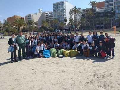 Alumnos de Llucmajor recogen residuos en playas del municipio