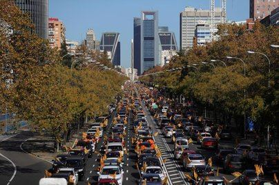 Miles de familias toman las calles en coche para protestar contra la 'Ley Celaá'