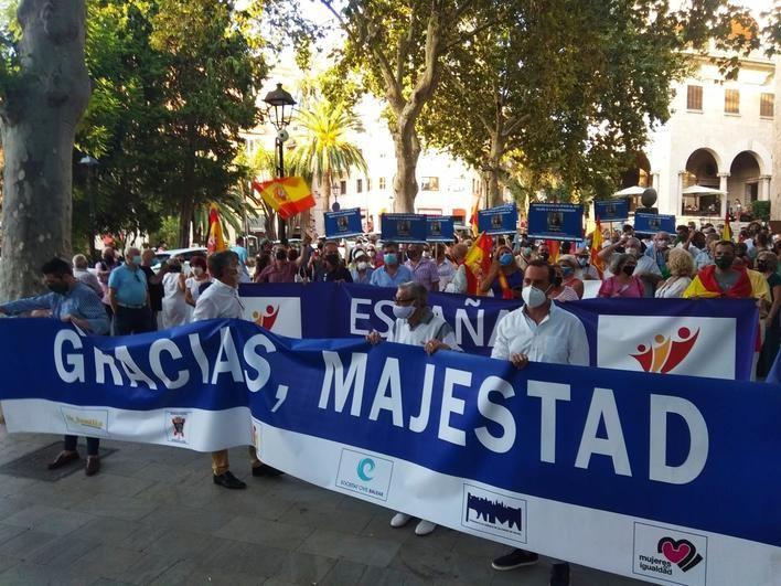 Manifestación en favor de la Monarquía en el centro de Palma