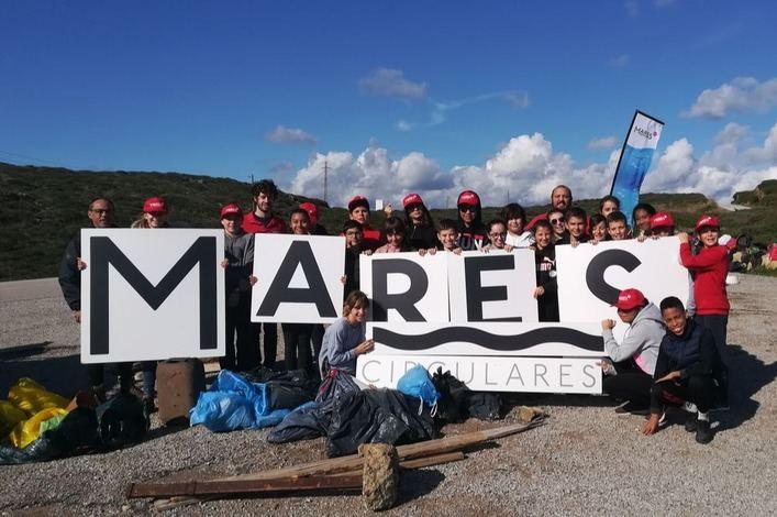 Mares Circulares de Coca-Cola y el colegio Sant Josep de Maó recogen 100 kilos de residuos en Cala Teulera