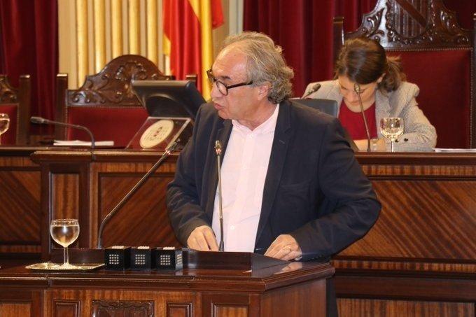 March sale al paso de las críticas de Més y promete 'diálogo' en la ley educativa