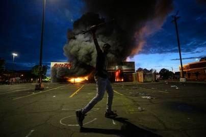 Aumentan los disturbios y saqueos en Minneápolis tras la muerte de un hombre negro a manos de la Policía