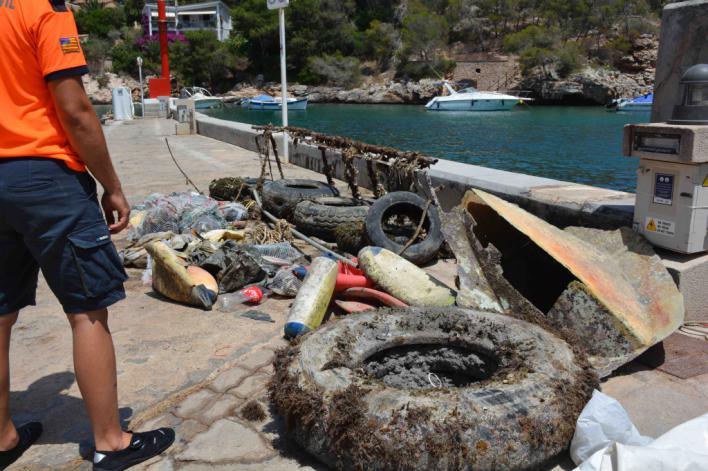 Retiran más de una tonelada de residuos del fondo marino de Cala Figuera, en Santanyí