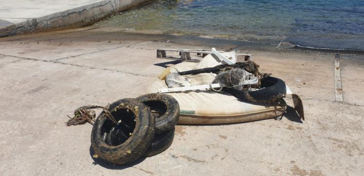 Colchones, neumáticos y plásticos: retiran 300 kilos de residuos del fondo marino de Portopetro