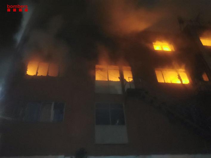 Dos muertos y 17 heridos en el incendio de una nave industrial okupada en Badalona