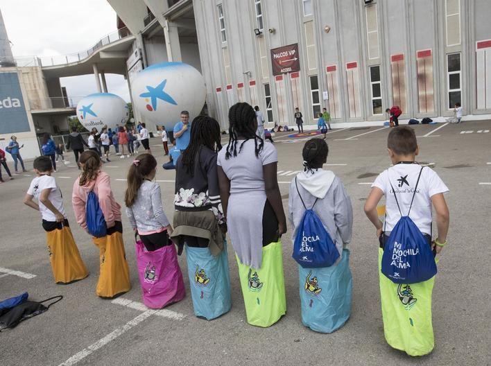 Voluntarios de 'la Caixa' en Mallorca y Menorca organizan una jornada lúdica para niños