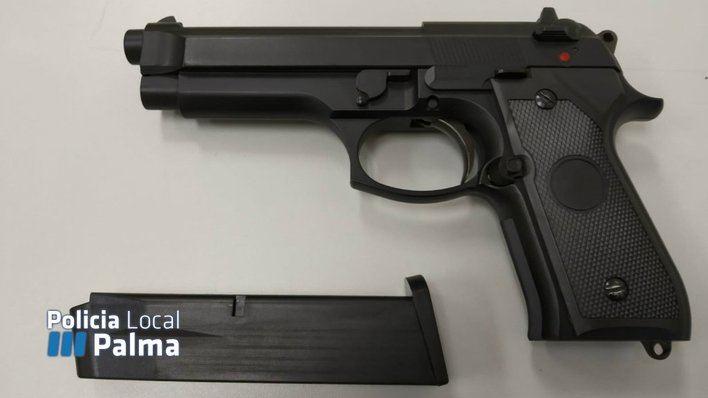 Alarma en Gomila al presumir de llevar una pistola real cuando era de juguete