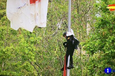 Un paracaidista choca contra una farola en el desfile del Día de la Hispanidad