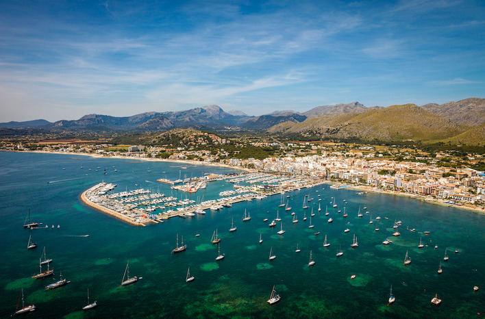 Ajuntament, hoteleros y oposición buscan soluciones al saneamiento del Puerto de Pollença