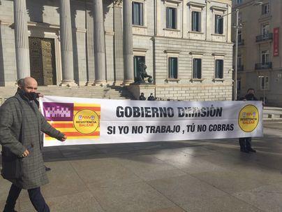 Resistencia Balear despliega una pancarta ante el Congreso para pedir la dimisión de Armengol