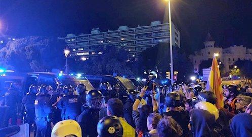 Miles de manifestantes protestan contra el Rey frente al Palau de Congressos en Barcelona