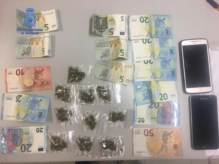 Detenidos dos vendedores ambulantes en Playa de Palma por tráfico de drogas