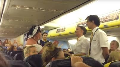 Personal de Ryanair expulsa a un grupo de alborotadores de un vuelo