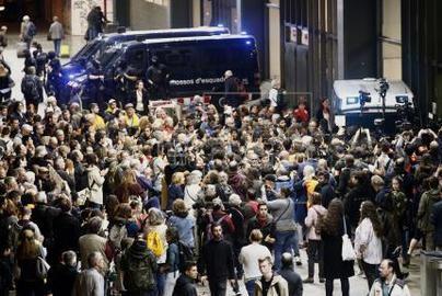 Los manifestantes intentan bloquear la estación de trenes de Sants en Barcelona