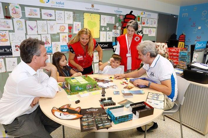 Son Espases recibe la donación de una veintena juegos de estrategia para niños ingresados