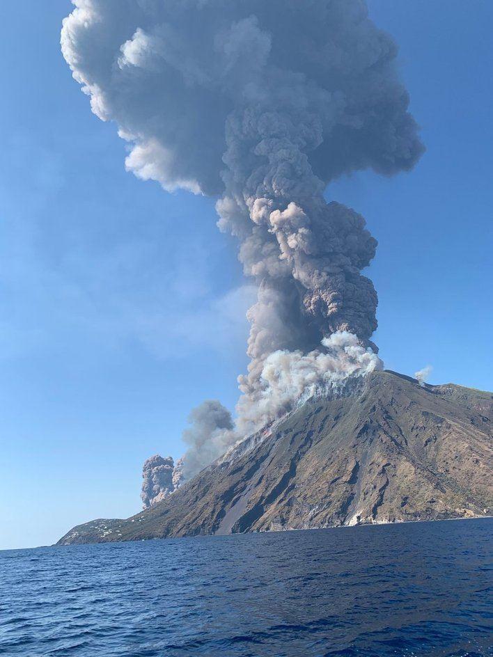 El volcán Estromboli en Italia entra en erupción causando un muerto y un herido