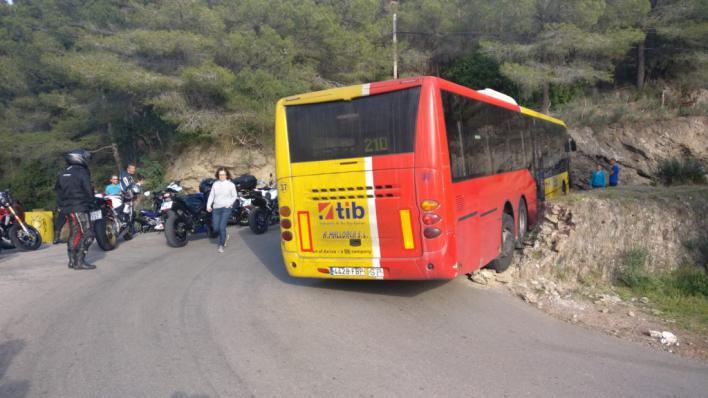 Un autobús TIB queda atrapado en una carretera de la Serra