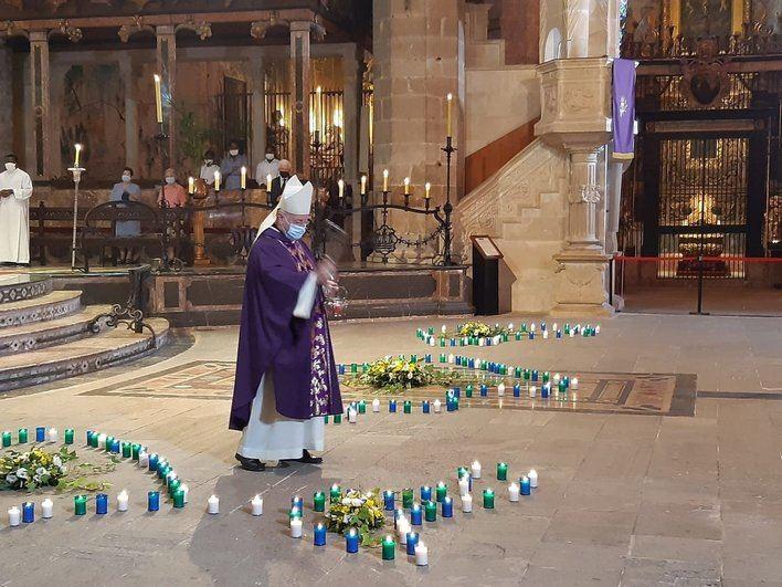 Más de 100 familiares de víctimas de la Covid 19 asisten a la misa funeral en La Seu