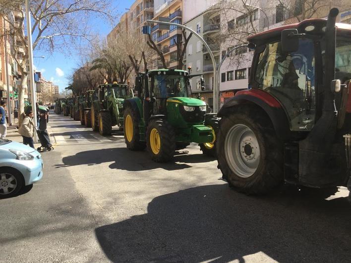 Cientos de tractores recorren Palma para exigir 'precios justos' para sus productos