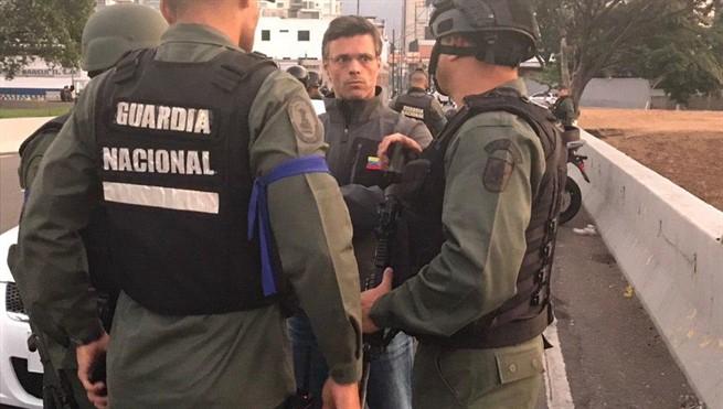 Guaidó se atrinchera con militares y pide derrocar a Maduro en Venezuela