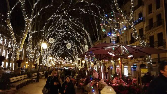 La moda estas Navidades en Palma son los globos con leds