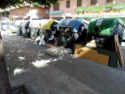 Denuncian el mal estado de un parque infantil de Cotlliure por defecaciones y orines humanos