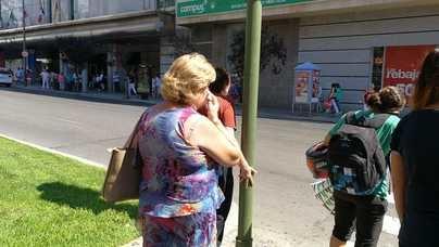 Una mujer se seca el sudor de la cara con un pañuelo
