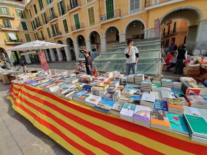 Palma se llena de libros y rosas por Sant Jordi