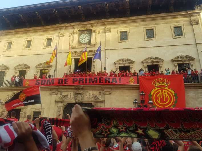 Palma estalla de emoción en el homenaje al Mallorca