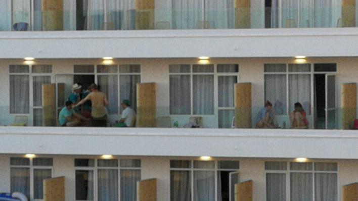 Calvià multa a tres turistas de Magaluf en un sólo mes por hacer balconing