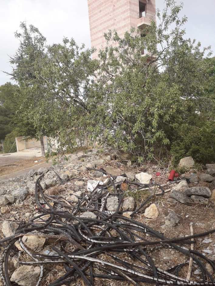 Residuos de obra y cables viejos, abandonados en plena zona verde de Sa Teulera