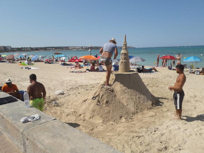 Los macro castillos de arena desafían a la Policía y vuelven a Playa de Palma