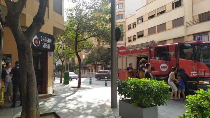Los Bomberos de Palma rescatan a una madre y a su hijo encerrados en un restaurante