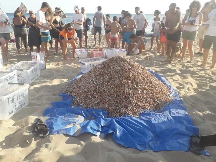 Can Pere Antoni expone la 'montaña de la vergüenza' con las colillas recogidas en la playa