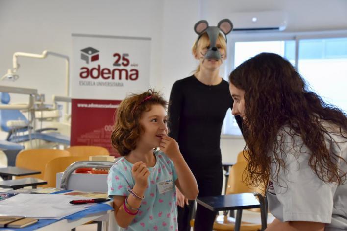 Familias mallorquinas donan dientes de leche en la campaña 'Ratón Pérez 2019' de Adema