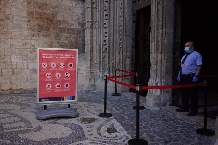 Instrucciones para asistir a misa a la entrada de la Catedral