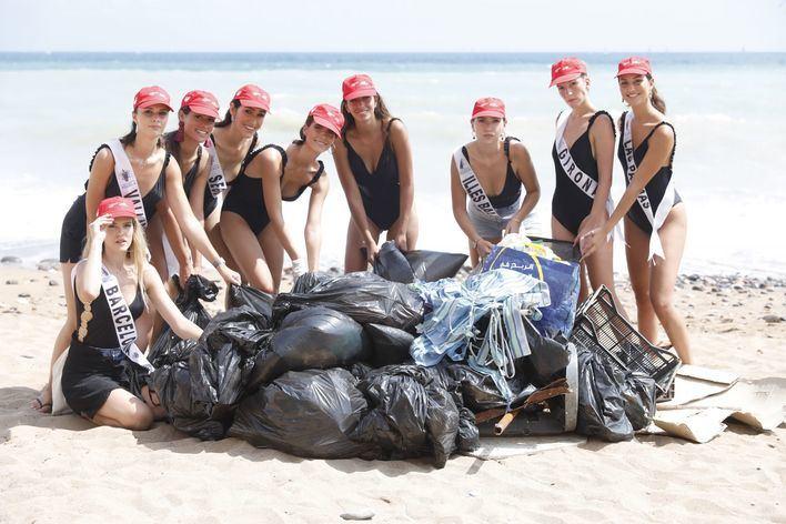 Las candidatas a Miss World Spain recogen 350 kilos de plástico de una playa de Melilla
